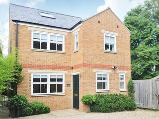 Righton three-bedroom serviced house in st. clement's (oxrpus)