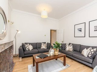 Spacious and recently modernised two-bedroom apartment in Kensington