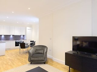 Modern & Bright Three Bed Apartment in Hammersmith