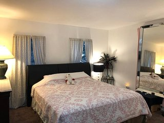 Big Private Bedroom with 2 beds WiFi/LAX/DTLA/Beach/Hollywood