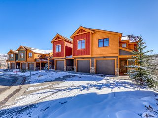 Gorgeous & updated townhome w/mountain views, private grill, hot tub & firepit
