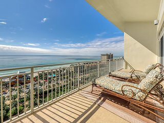 Stylish family-friendly penthouse condo w/ shared pool & balcony - gulf views!