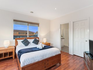 CITY CONDO -  Comfy 4 Bdrms with Wifi, Foxtel & Netflix 20min to Melbourne CBD