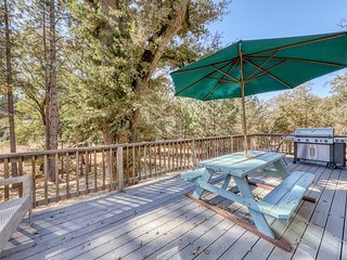 Beautiful home w/lake access, game table, shared pool near Yosemite!