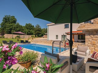 Amazing home in Grubine w/ WiFi and 3 Bedrooms (CDE173)