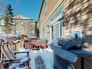 Two-level modern townhome w/ large porch, private hot tub & mountain views!