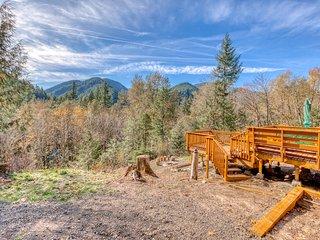Beautiful, dog-friendly cabin w/ stunning mountain views plus a dry sauna!