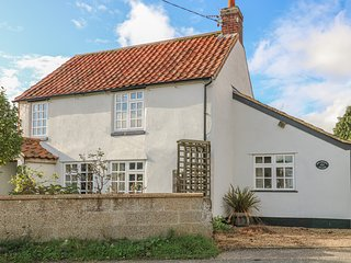 HOLLYHEDGE COTTAGE, pet friendly, country holiday cottage, with a garden in