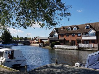 Anchor Cottage, Wroxham. Riverfront holidays to fish, relax & explore the Broads