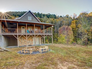 Hinesight Retreat; spectacular views, acres of privacy and amazing outdoor space