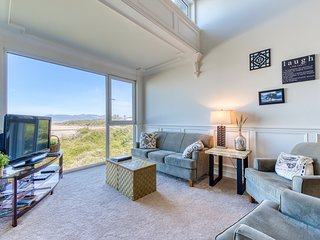 Elegant, oceanfront condo with deck & extraordinary views - dogs welcome!