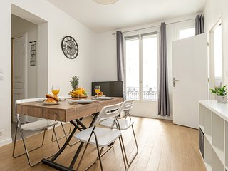 1065. CLASSIC 1BR FLAT NEAR EIFFEL TOUR AND TRIUMPHAL ARCH IN HISTORICAL AREA