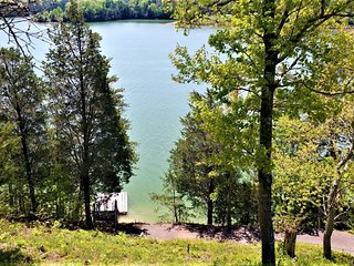 Lakefront Cottage (Sleeps 6)