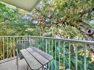 Charming, dog-friendly condo w/ a shared pool, hot tub - short walk to the beach