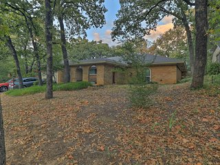 Spacious Home w/Deck ~2 Mi to Lake Arlington!