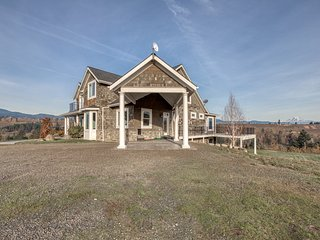 Luxury home in a pear orchard w/ hot tub & amazing Mt. Adams views - dogs OK!