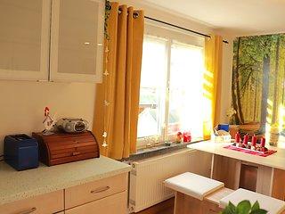 Küche mit gemütlicher Sitzecke am Fenster.