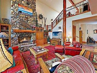 Stunning Aquila Lodges at Sunriver Retreat w/ Private Hot Tub