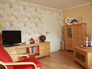 Wohnzimmer mit Echtholzmöbel und TV-Schrank