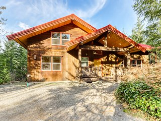 Gorgeous dog-friendly home w/ mountain views, private hot tub & game room!