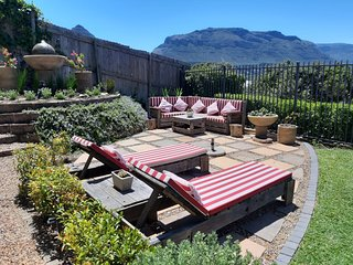Sandpiper's Nest - Tranquil living with private garden & stunning mountain views