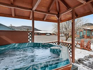 Affordable, dog-friendly lodge studio near outdoor activities w/ shared hot tub!