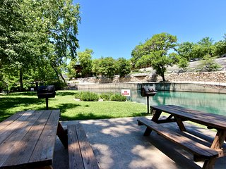 Comal Hideaway- ON THE COMAL- Sleeps 6!