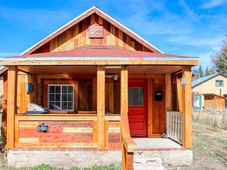 Dog-friendly & secluded downtown cabin with rural charm & valley views