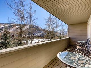 Mountain condo w/private balcony, amazing mountain views & shared pool & hot tub