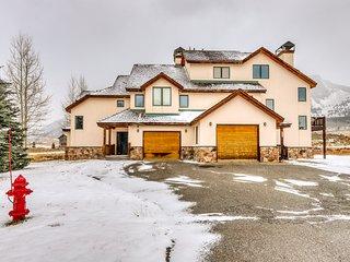 Modern, dog-friendly home w/ a loft, fireplace, grill, & deck w/ mountain views