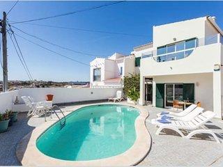 O nosso magnifico terraço, composto por uma fantástica piscina de água azul céu