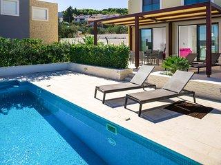 Slatine Villa Sleeps 12 with Pool and Air Con - 5817779