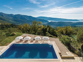 Nice home in Herceg Novi w/ WiFi and 4 Bedrooms