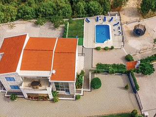 Awesome home in Duge Njive w/ WiFi and 4 Bedrooms (CDE217)