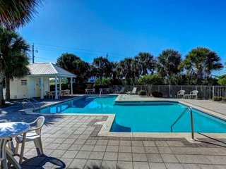 New Listing! Welcome to Emerald Sea-cret! Walk to Navarre's white-sand beaches.