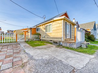 Seven separate cozy cottages - minutes to beach & downtown - dogs welcome!