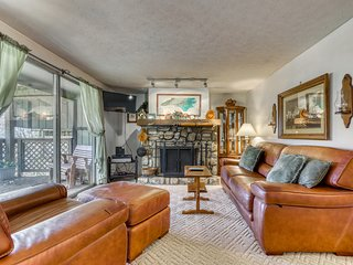 Mountainside condo within walking distance to ski lodge w/covered deck