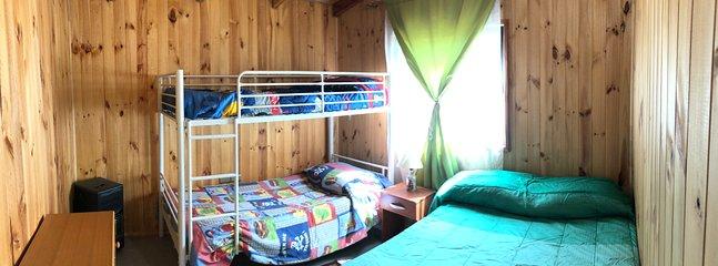 Dormitorio para 4 personas, cama queen y literas de una plaza