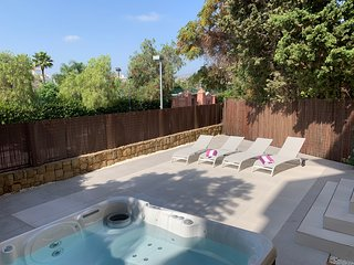 Lux beachside apartment with hot tub - 3 sunny terraces, wifi, gas bbq, parking