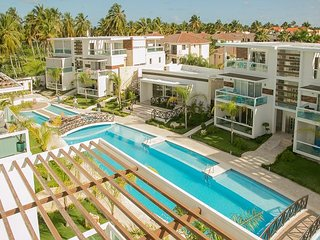 One-of-a Kind, +Pool, BBQ, Gym, Walk to Beach & Dining!