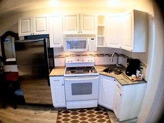 Charming Private Suite Kitchen, Pool 5minutes to Beach, Baseball Stadium, PGA