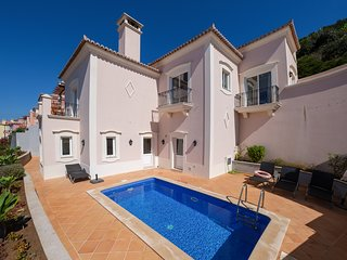3 bedroom Villa with Pool and WiFi - 5818098