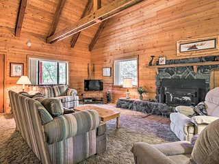 Pet-Friendly Cabin w/ BBQ - 7 Mi to Show Low Lake!