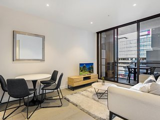 Newly Furnished Apartment Bordering Melbourne CBD
