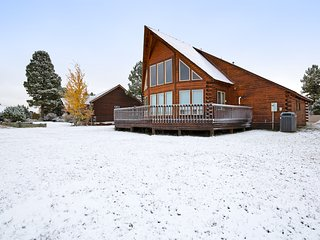 Beautiful cabin w/ a large, wraparound deck - near parklands