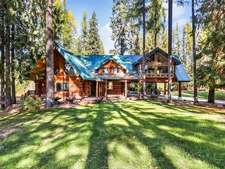 Lovely, multi-family cabin on a nine-hole golf course w/ a private lake