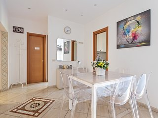 Bright, renovated apartment w/ WiFi - five-minute walk to the Vatican!