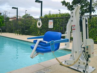 Accessible Suite Near Sea World! Equipped Kitchen + Business Center