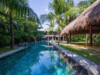 AC 7 Bedroom + 7 Bath Villa with Swimming Pool Access - ********
