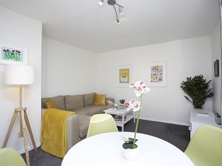 Sleek 2BD House with Garden Heart of Guildford